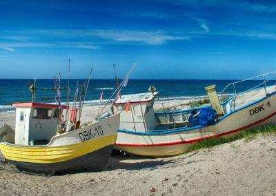 Kutry rybackie na plaży w Dąbkach.