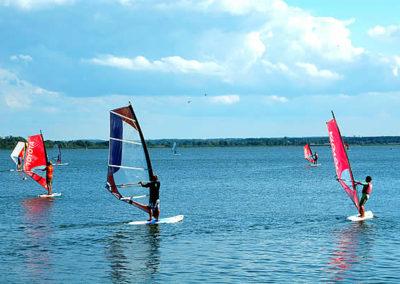 Dąbki. Windsurfing na Jeziorze Bukowo.